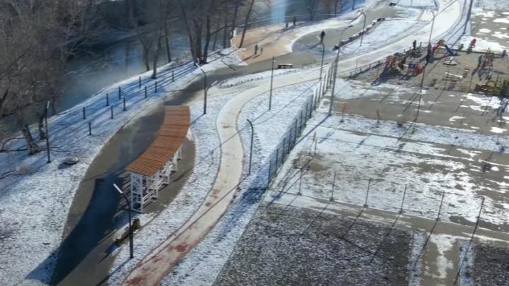 Кресла-качели и набережная: как преобразили «Ерик-парк» около озера в Волгаре