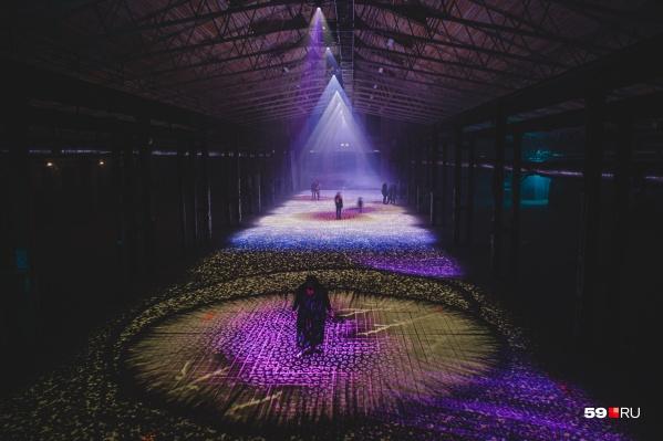 Это не кадр из фантастического фильма, а один из цехов на Заводе Шпагина во время фестиваля «Просвет»