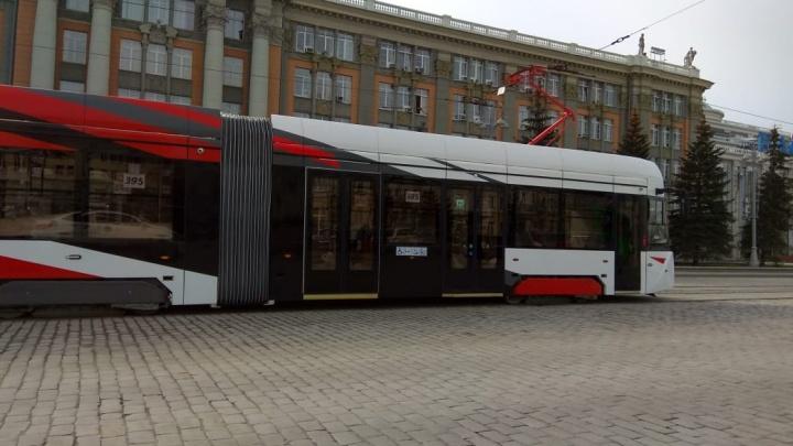 По Екатеринбургу начали возить мешки с песком на крутом трехсекционном трамвае: его сняли на видео
