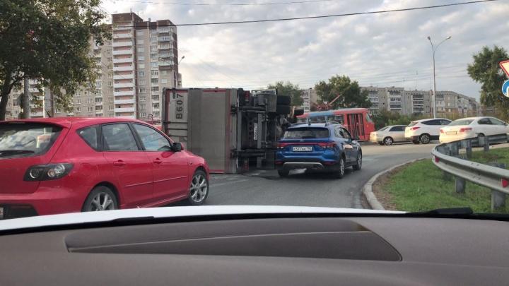 Выезд с ЖБИ встал в пробку из-за «уставшего» грузовика