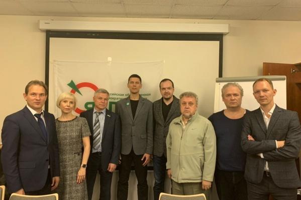 В центре — победители голосования Владислав Постников и Дмитрий Трынов