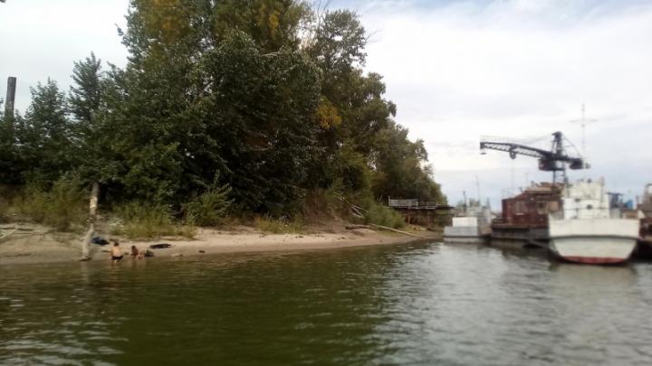 В Новосибирске восемь подростков устроили опасный заплыв вдоль кораблей
