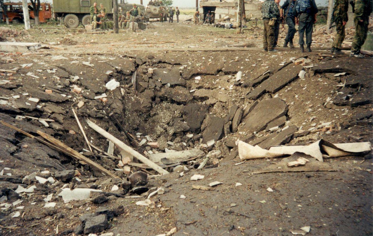 Воронка от взрыва. Сам «Урал» разорвало на части