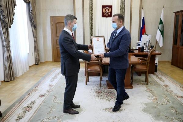 Награду Владиславу Кузнецову вручил губернатор