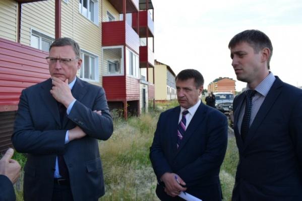 В 2018 годугубернатор Бурков требовал вернуть потраченные на квартиры бюджетные деньги. Сзади тот самый аварийный дом