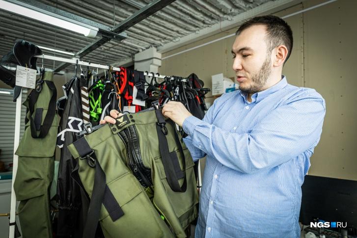 Знак Maskulo — рыцарская кираса: Барантаев считает рыцарский доспех как фетишем, так и неким одеянием, которое придаёт бойцу мужественность