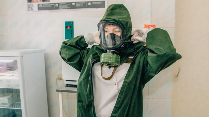 Медиков в приемных отделениях больниц хотят облачить в защитные костюмы