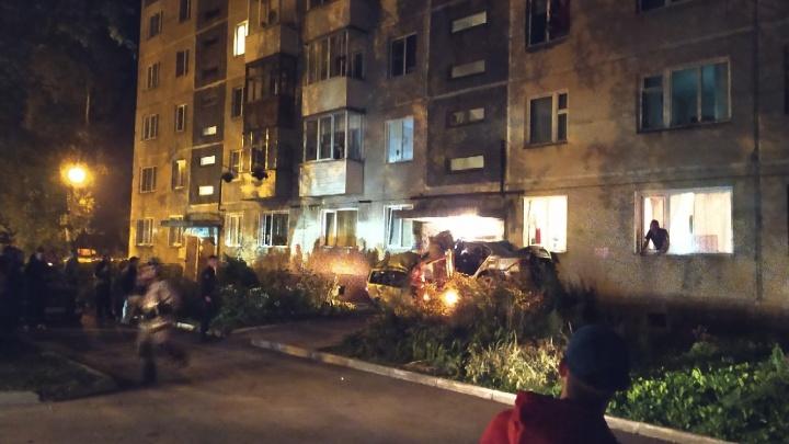 В Пашино два автомобиля врезались в дом — они заблокировали вход в подъезд