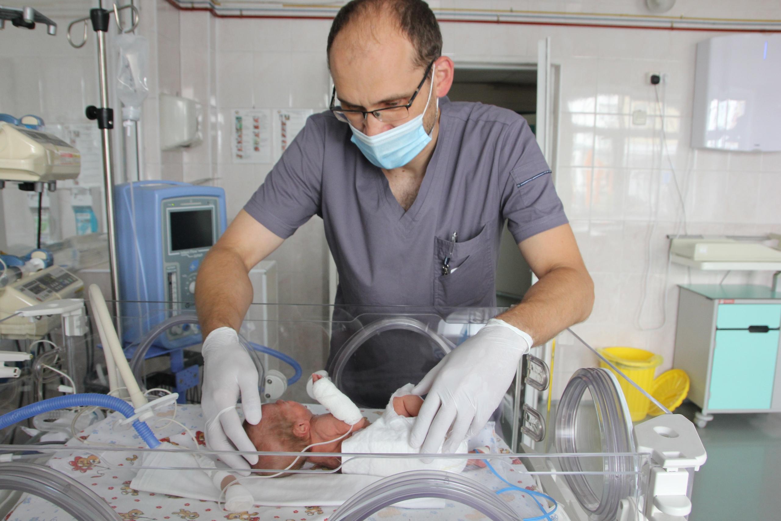 Неонатальные хирурги работают именно с новорождёнными