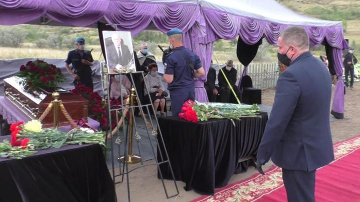 Похороны умершего от COVID-19 главы Камышинского района: фоторепортаж