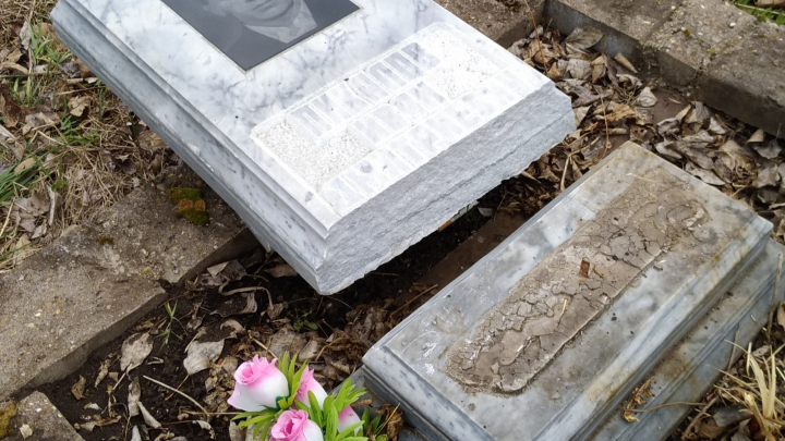 «Сказали, что он упал сам»: на кладбище в Башкирии неизвестные срезали надгробие могилы