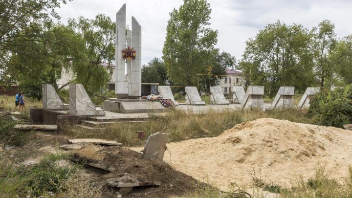 «Всё развалили и забыли»: под Волгоградом превратили в руины площадь и братскую могилу у новой школы