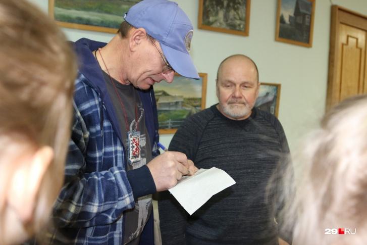 На выставке Евгений и Наталья давали автографы юным художницам
