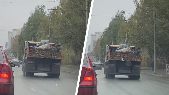 КАМАЗ разбросал использованные медицинские маски на дороге в Новосибирске