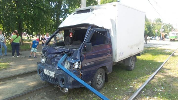 На Вторчермете грузовичок прошило швеллером от металлического забора: впечатляющие фото