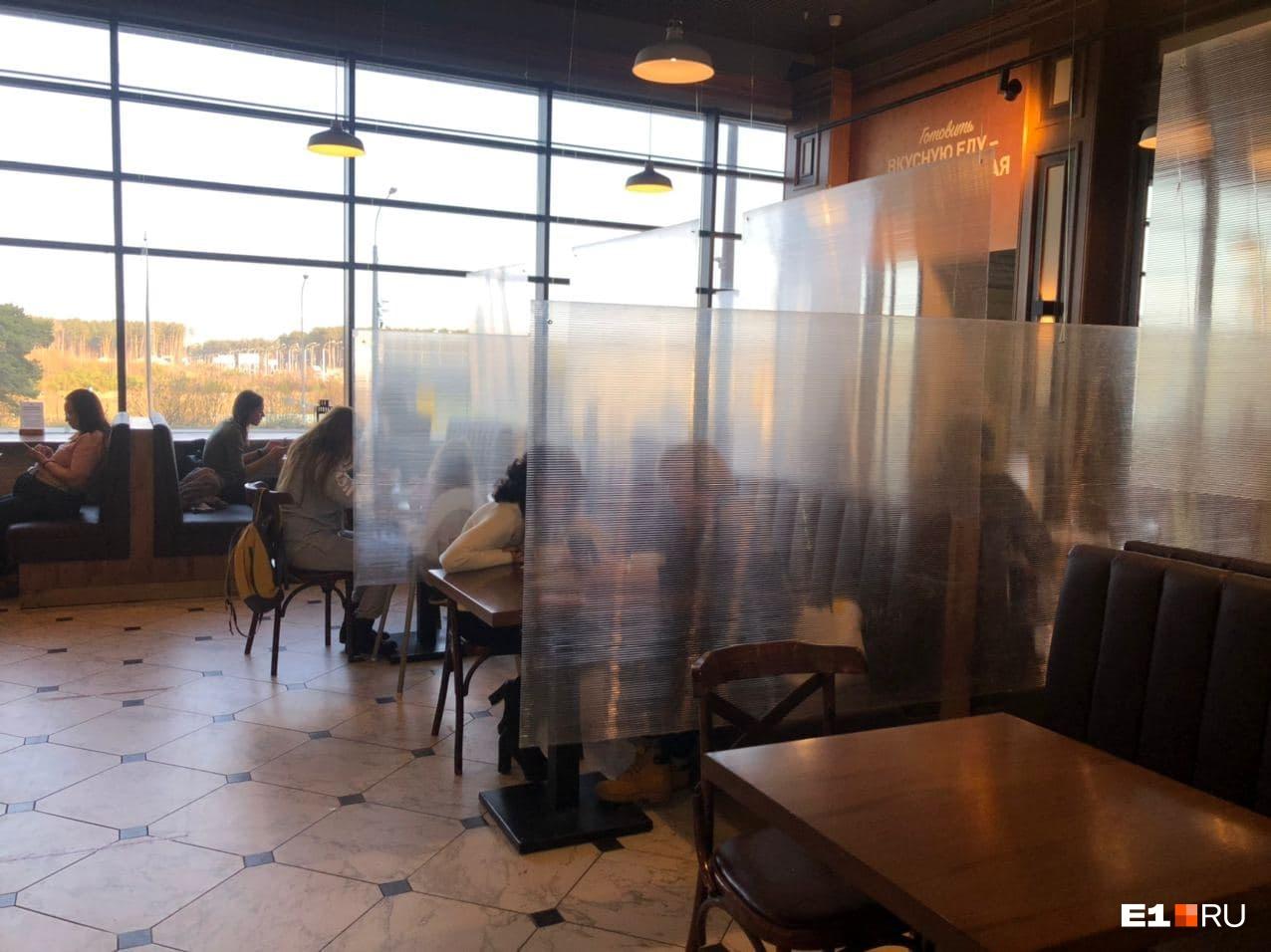 """Оградить столики рестораны должны были еще <nobr class=""""_"""">30 октября</nobr>, меньше суток спустя после выхода указа"""