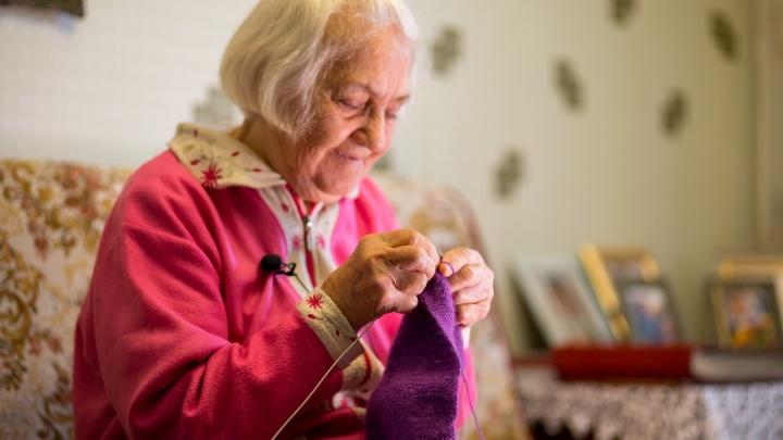 «Они такие же сиротки, как и я»: бабушка из Красноярска вяжет вещи для младенцев-отказников