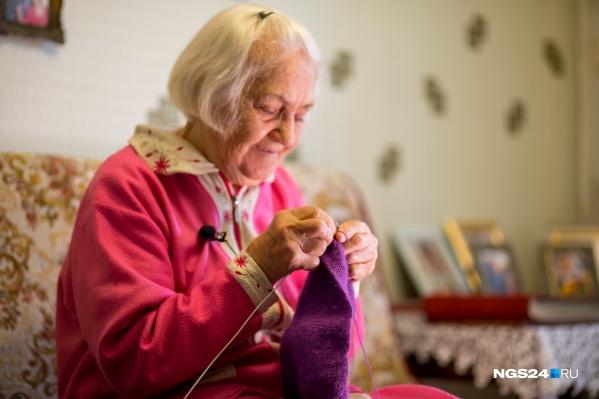 В перерыве между носочками Полина Васильевна вяжет вещи побольше. Это будет детский шарфик для знакомых семьи