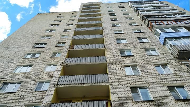 В Рыбинске около многоэтажки нашли тело женщины: что известно