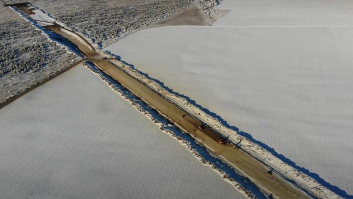 Посередине поля: рабочие начали прокладывать шоссе, которое соединит Шигоны и мост у Климовки