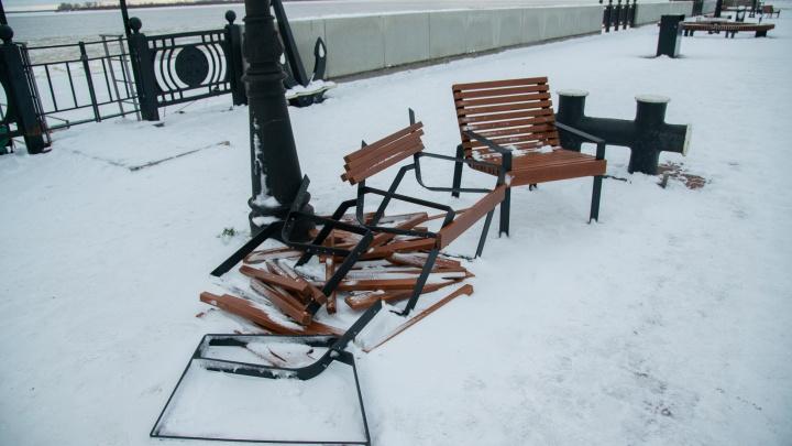 На набережной в Архангельске сломали новые кресла, которые установили для горожан осенью