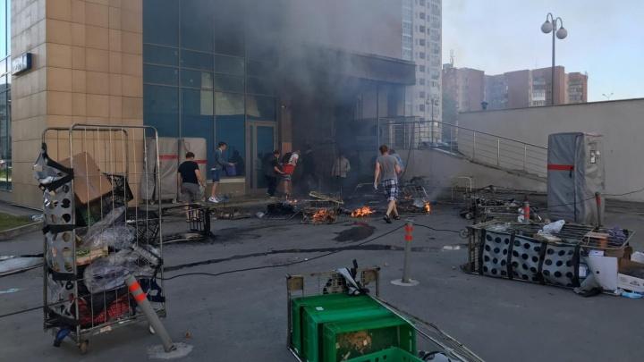 «Люди говорят, был взрыв»: в Екатеринбурге сгорел магазин на первом этаже новостройки