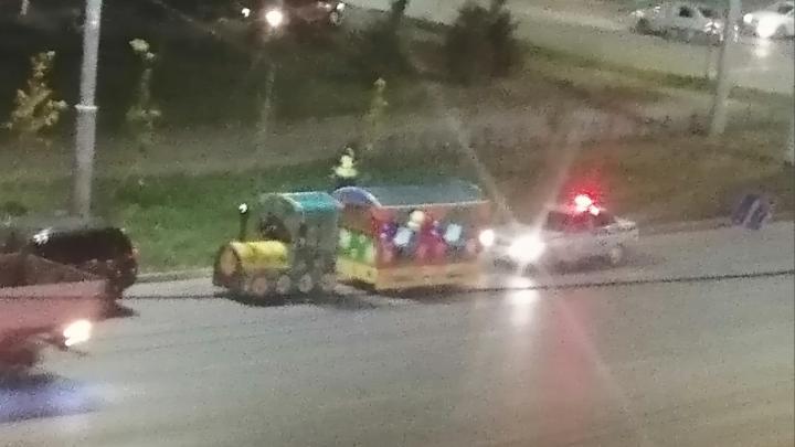 Омские автоинспекторы остановили детский паровозик, который ехал по улице