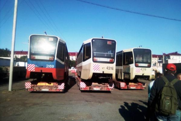 Трамваи ожидают разгрузки