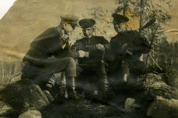Ближе к концу войны Михаил (в центре) с солдатами нашли склад немцев с провизией. Трофейные бутылки открыли только после известия о Победе<br>
