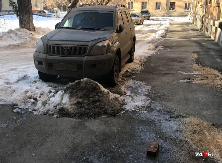 После удара кирпич отлетел на тротуар