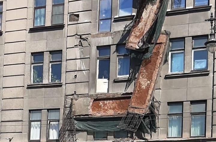 Григорьев допускает обрушение балконов, зато зарабатывает на откатах в Петербурге