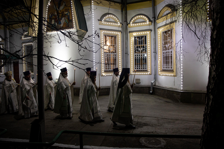 На территорию собора пропустили только тех, кто принимает участие в организации и проведении пасхальной службы