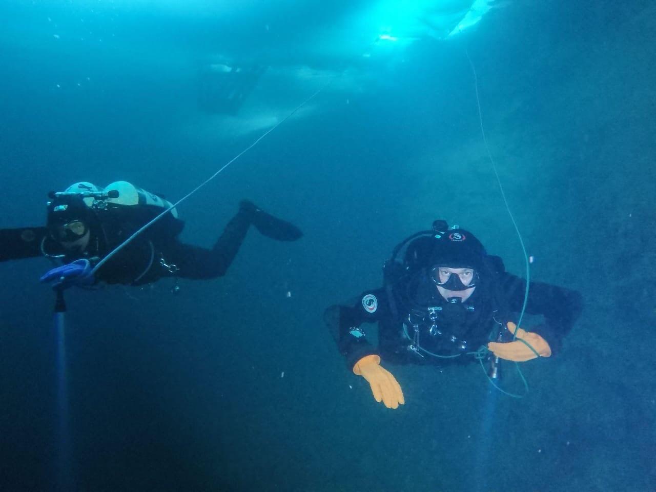 Это съемки самих дайверов во время подледного погружения на Голубых озерах