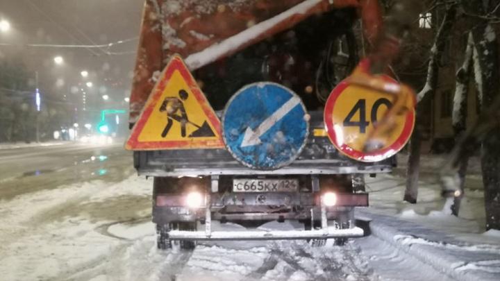 «Машину краской тебе зальем»: пойманные за нанесением разметки в снег дорожники начали угрожать очевидцу
