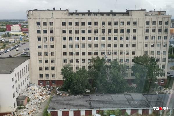Тюменцы заметили, как из этого здания на землю летит крупный строительный мусор