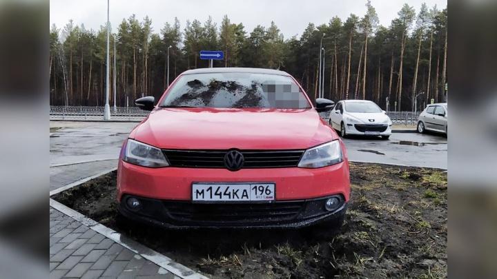 «Я паркуюсь как...»: водителям-гряземесам в Екатеринбурге начали мстить их же оружием