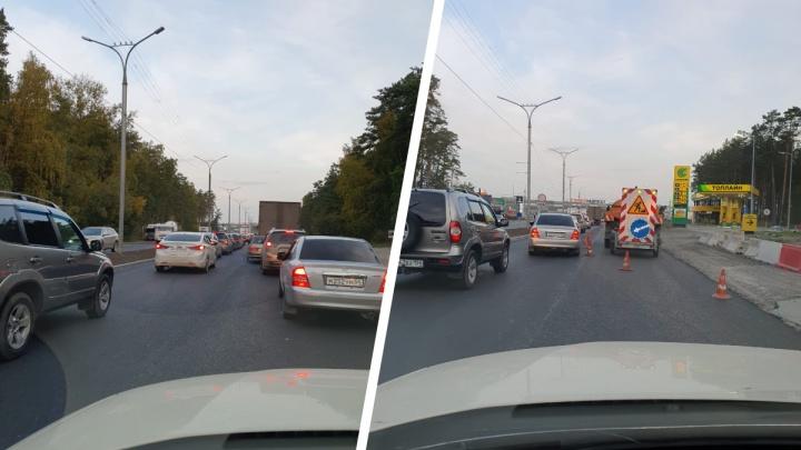 На Бердском шоссе в 7 утра водители встали в глухую пробку из-за дорожных работ