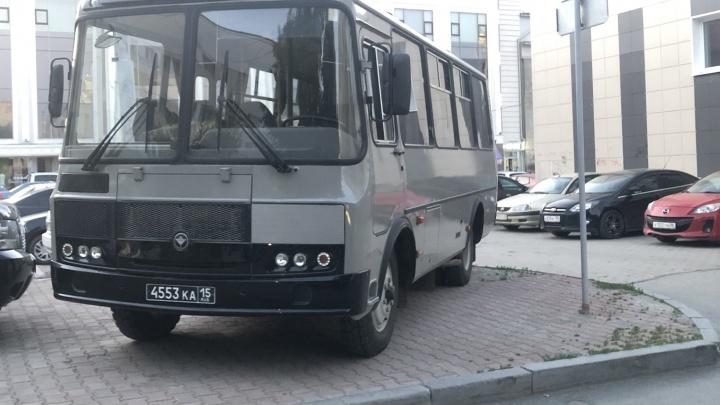 «Я паркуюсь как...»: в Екатеринбурге по-хамски паркуются даже участники парада Победы