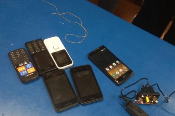 Эти телефоны мужчина пытался перекинуть с помощью квадрокоптера