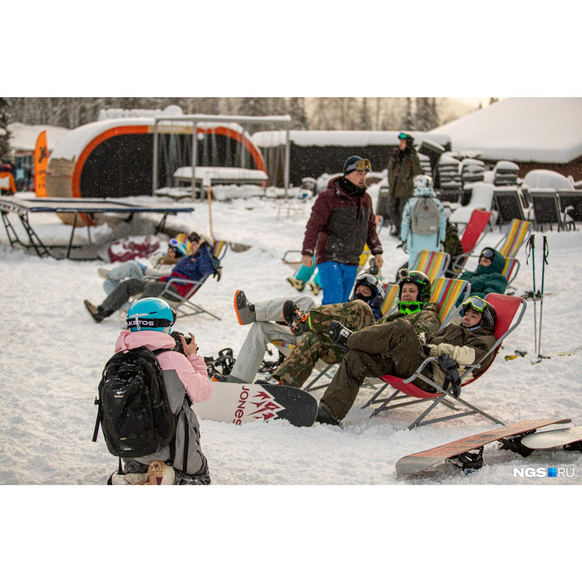 """В этом году у туристов появилась возможность пополнять ски-пасс онлайн. Таблички с <nobr class=""""_"""">QR-кодами</nobr> развешены по всей территории комплекса"""
