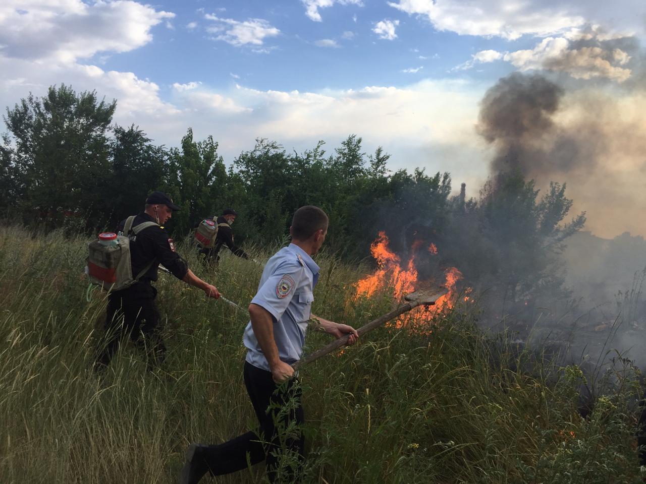 Крупный пожар под Фролово тушили с обеда и до позднего вечера МЧС и полиция