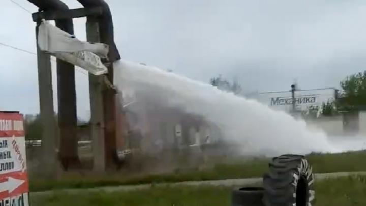 «Выявляем слабые места»: в Ярославле из трубы забил многометровый фонтан