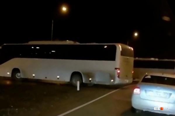 Под Екатеринбургом два автобуса грубо нарушили правила дорожного движения, развернувшись в неположенном месте