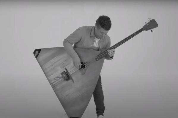В клипе Андрей Киряков исполняет песню на трех балалайках