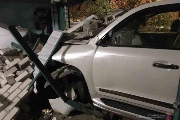 Кирпичный гараж не выдержал наезда внедорожника