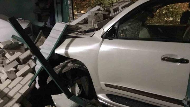 Под Волгоградом дама на внедорожнике снесла гараж и разбила чужую машину