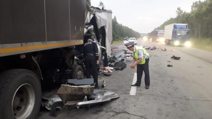 На трассе Пермь — Екатеринбург столкнулись три грузовика: один человек погиб, двое получили травмы