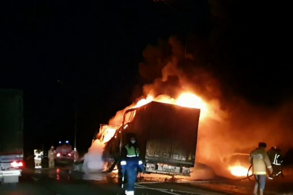 Как часто бывает в таких случаях, фура загорелась почти мгновенно, спасти автомобиль прибывшим пожарным уже не удалось