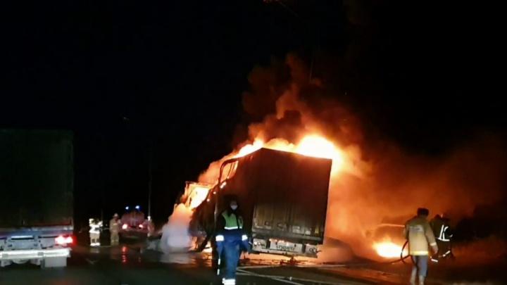 Импортный грузовик сгорел на трассе M-7 в Нижегородской области