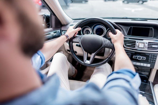 Водить предлагается импортный автомобиль премиум-класса на коробке-автомат